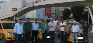 Taksiciler direksiyon başında iftar yaptı