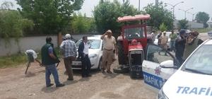 Yoldan çıkan traktör park halindeki otomobillere çarptı