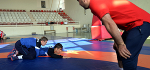 Yıldız milli güreşçiler Bilecik'te kampta