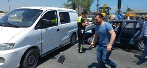 Otomobil ile panelvan çarpıştı: 5 yaralı