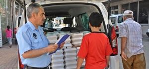 Yardıma muhtaç ailelere iftar yemekleri dağıtılıyor