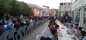 Bahçesaray'da aynı anda 2 bin 500 kişi iftar açtı