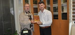 Simav Müftüsü basın mensuplarına Kur'an-ı Kerim hediye etti