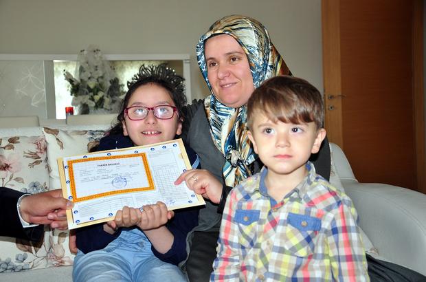 Evde eğitim alan Gülizar'ın karne sevinci