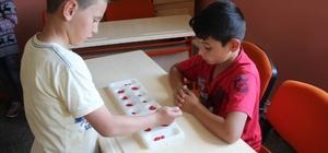 Öğrencilere geleneksel zeka oyunları öğretiliyor