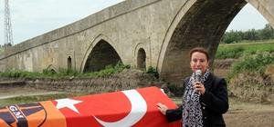 Vasiyet üzerine tarihi köprü altında cenaze töreni