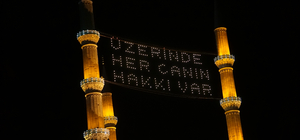 """Selimiye Camisi'ne """"Üzerinde her canın hakkı var."""" yazılı mahya asıldı"""