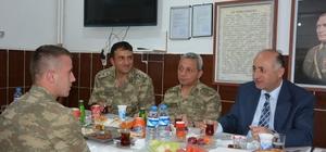 Vali Azizoğlu, mehmetçikle iftar yemeğinde bir araya geldi