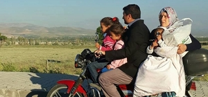 Motosiklet üzerinde aile boyu tehlikeli yolculuk