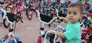 Suriyeli 80 yetim çocuğa bisiklet dağıtıldı