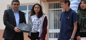 Başarılı öğrenciler tablet bilgisayar ile ödüllendirildi