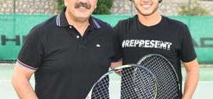 Başkan Çetin milli tenisçiyle korta çıktı