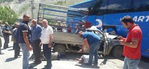 Artvin'de kamyonet park halindeki otobüse çarptı: 3 yaralı
