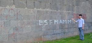 Tarihi surların üzerine yazılan yazılar yürek sızlatıyor