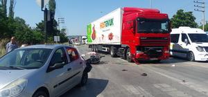 Trafik ışığında bekleyen motosiklete tır çarptı: 2 ölü