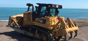 Akçakoca'nın Mavi bayraklı plajı iş makinesi ile temizlendi