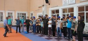 Jandarma çocukları yalnız bırakmadı