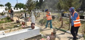 Nazilli'de mezarlıklar bayrama hazırlanıyor