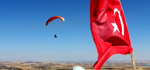 Jandarma Alay Komutanı yamaç paraşütü ile uçtu