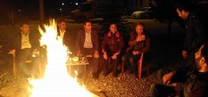 Bahçesarayda teravih sonrası ateş etrafında çay sefası