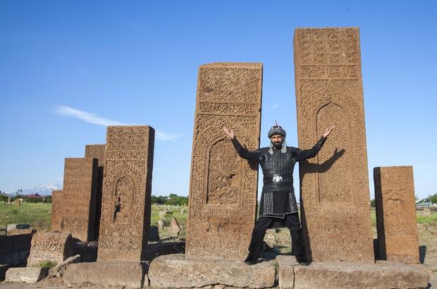 Cumhurbaşkanı için 'dombıra'nın Arapça klibini çekiyor