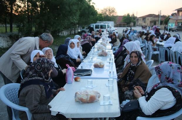 Eski geleneklerine göre iftar yapıyorlar