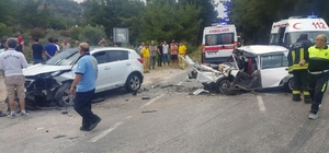 Milas'ta 3 otomobil birbirine girdi; 4 yaralı