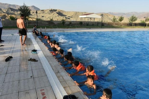 Terör mağduru çocuklar yüzme öğreniyor