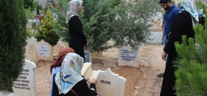 Vatandaşlar mezarlığa akın etti