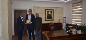 Kaymakam Akbulut Tekeköy Dernek Başkanı Aslanhan'a teşekkür plaketi verdi