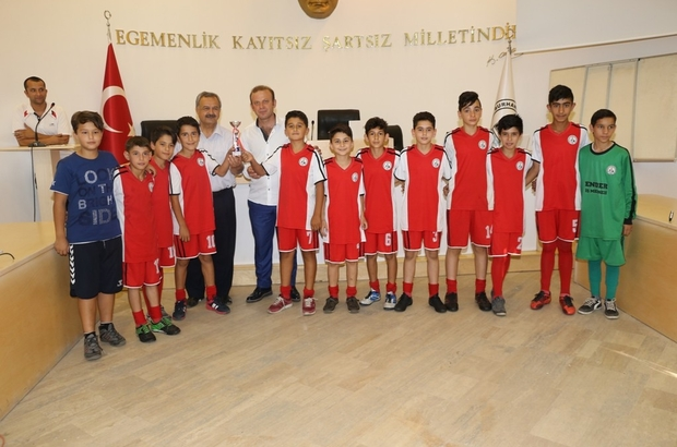 Burhaniye'de Başkan Uysal küçük şampiyonlara kupa verdi