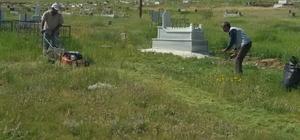 Çaldıran'da mezarlık temizliği