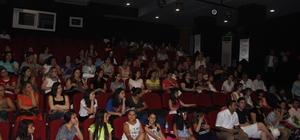 Kuşadası Belediye Tiyatrosu kursiyerleri sertifikalarını aldı