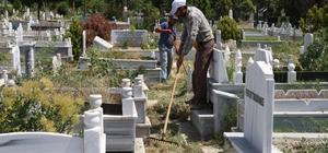 Iğdır'da mezarlıklar bayrama hazır