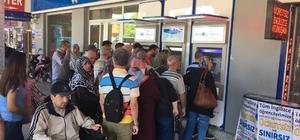 Bayram öncesi emeklilerin maaşları yattı ATM'lerde kuyruk oluştu