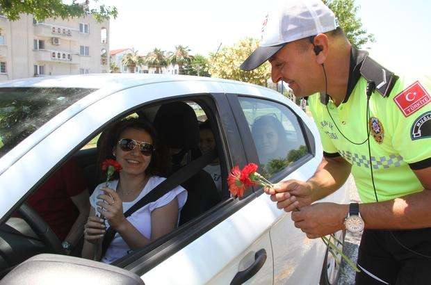 Polisten Fethiye'de tatilcileri şeker ve çiçekle karşıladı