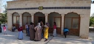 Haliliyeli kadınlar Şanlıurfa'daki türbeleri gezdi