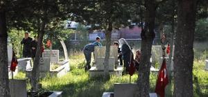 Bayram sabahı mezarlıklar ziyaretçilerle doldu