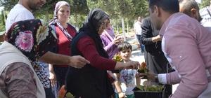 Mezarlık ziyaretine gelenlerin kucakları çiçeklerle doldu