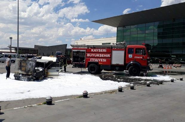 Otobüs terminalinde park halindeki otomobil yandı