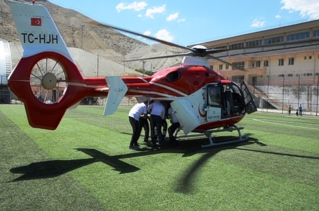 Kalp krizi geçiren yaşlı kadın ambulans helikopter ile hastaneye taşındı