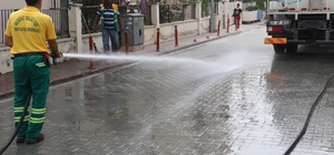 Akdeniz'de yollar ve kaldırımlar yıkanıyor
