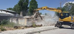 Çaldıran'daki metruk yapılan yıktırılıyor