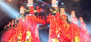 Lapseki kiraz festivalinde halk oyunları gösterisi