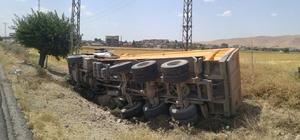 Nusaybin'de kamyon devrildi: 1 yaralı
