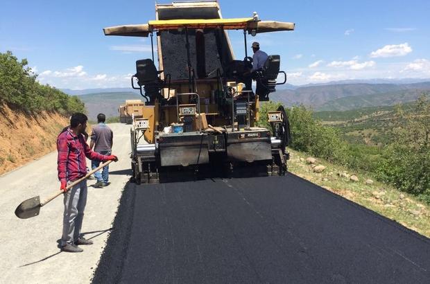 Genç'te köy yolları sıcak asfaltla kaplandı
