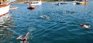 Genç yüzücü kabotaj kutlamalarında boğulma tehlikesi atlattı
