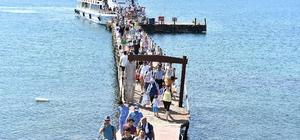 Sıcaktan bunalan İzmirliler Yassıcaada'ya koştu