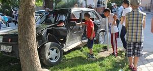 Otomobiller çarpıştı, mahallenin çocuklar kazayı inceledi