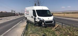Horasan'da minibüs orta refüje çıktı